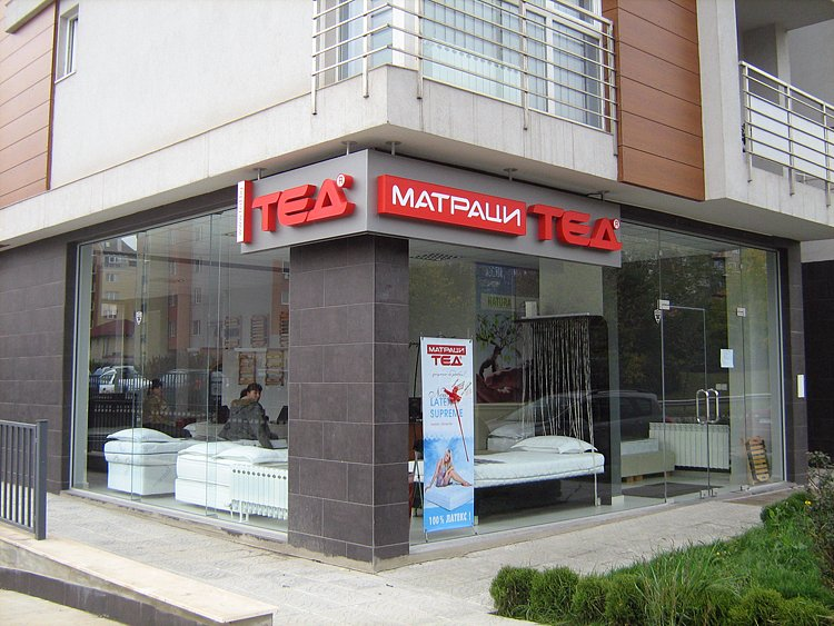 Светеща табела еталбонд със светещи букви ТЕД и светеща кутия МАТРАЦИ
