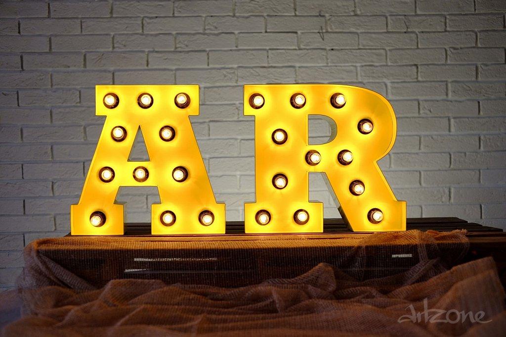 Светещи букви AR за декор при индустриален стил интериор