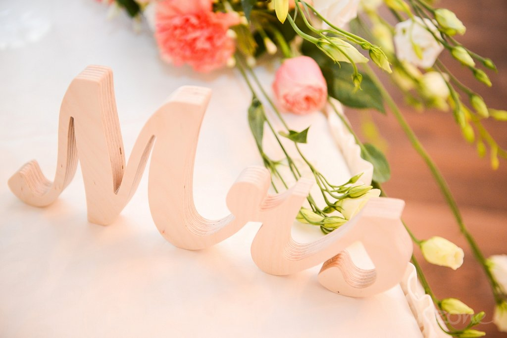Mr-Mrs-wood-sign-wedding-table-decoration-2.jpg