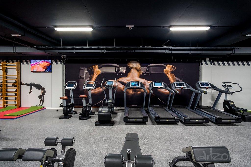 Брандиране на стена във фитнес зала