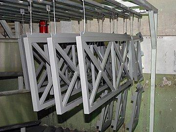 Метални конструкции за покривна реклама боядисани прахово
