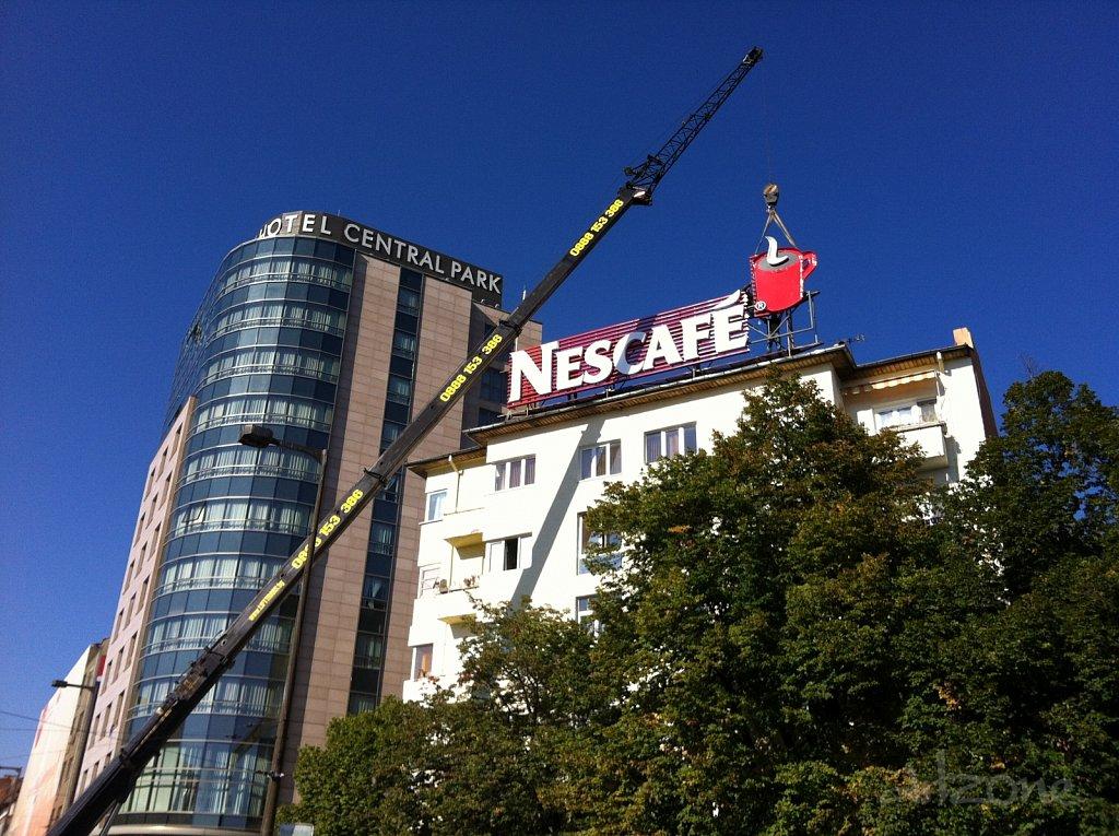 Монтаж на покривна реклама до НДК